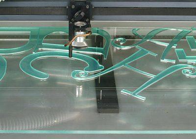 Uitsnijden acrylletters - gevelbelettering