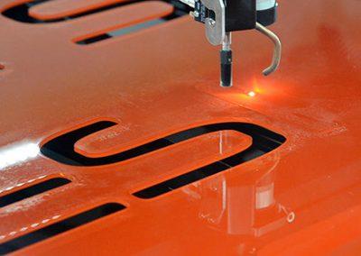 Uitsnijden letters glas - kunststof